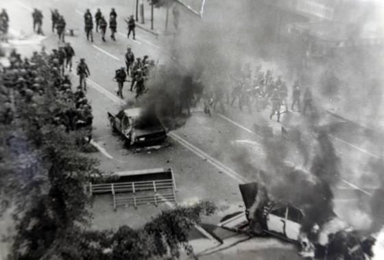 1980년 5·18민주화운동 당시 광주 금남로에 배치된 계엄군 병력의 모습. [조광흠 전 조선일보 기자 제공=연합뉴스]