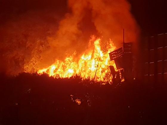 19일 경북 영천시 북안면 고지리 한 비닐폐기물 처리업체 야적장에서 불길이 솟아오르고 있다. [사진 영천소방서 제공]