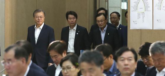 지난 16일 오후 충남 세종시 정부세종컨벤션센터에서 열린 2019 국가재정전략회의에 문재인 대통령(왼쪽)이 입장하고 있다. [청와대사진기자단]