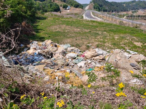 경기도 연천군 한 도로변에 불법 투기 폐기물이 방치돼 있다. 김민욱 기자