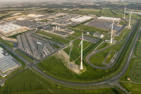 독일 라이프치히에 있는 BMW 전기차 생산 공장 전경. 이곳은 공정에 필요한 전기 에너지의 90% 이상을 공장 주변에 설치한 4기의 풍력 발전기를 통해 얻는다. [사진 BMW]