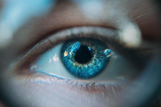블랙미러 '추락' 편에서, 사람들은 특수 렌즈를 눈에 장착하고 서로의 평점을 실시간으로 확인합니다. 평점이 높을수록 월세 할인 등 다양한 혜택을 받을 수 있는 '평점 계급 사회'가 된 것입니다.