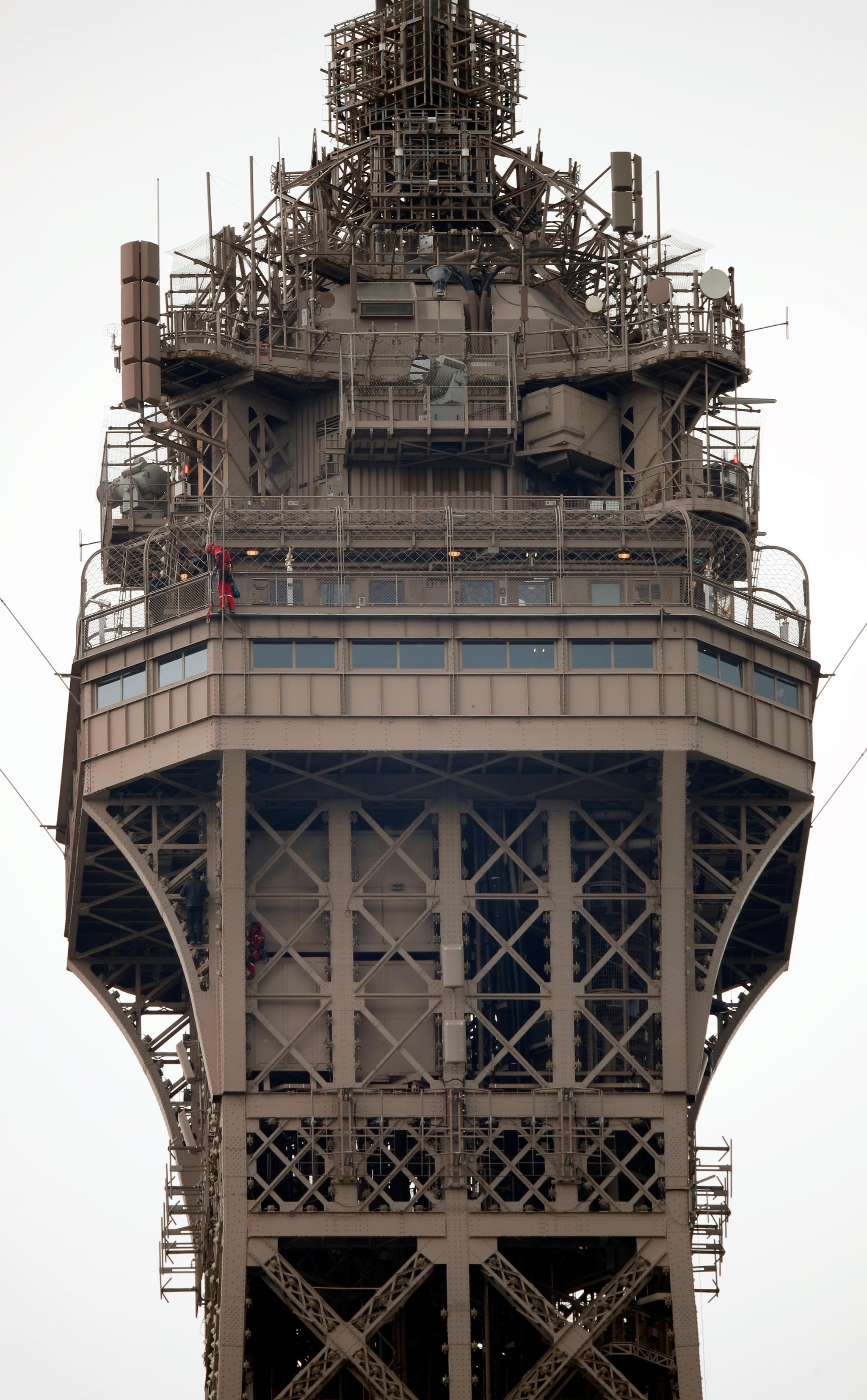 구조대가 20일(현지시간) 에펠탑의 3층 부근에서 한 남성을 구조하고 있다. [로이터=연합뉴스]