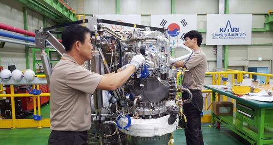지난 16일 경남 창원 한화에어로스페이스 공장에서 75t급 한국형 발사체 KSLV-2를 작업자 2명이 손으로 조립하고 있다. [사진 한화에어로스페이스]