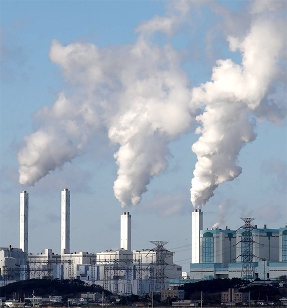 화력발전소에서 배출되는 미세먼지를 줄이는 데는 주요 미세먼지 원인 물질인 질소와 황을 제거하는 탈질ㆍ탈황 설비를 설치하는 것이 핵심이다. 이번 기계연과 두산중공업이 공동으로 개발한 EME 설비는 탈황설비에 부착돼 20마이크로미터 이하의 먼지를 제거하는 역할을 한다. 사진은 흰 수증기를 뿜고 있는 당진 화력발전소 전경. [중앙포토]