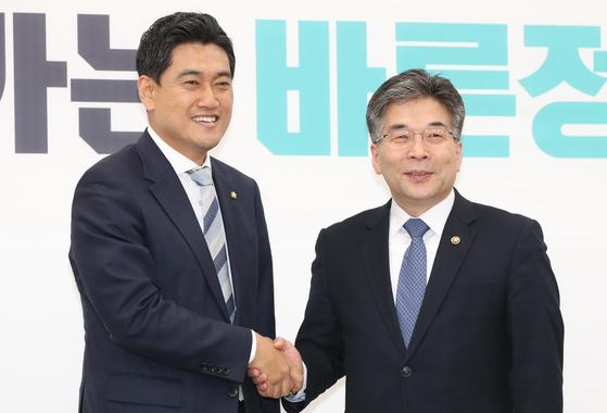 21일 민갑룡 경찰청장이 오신환 바른미래당 원내대표를 예방해 악수하고 있다 . 오종택 기자