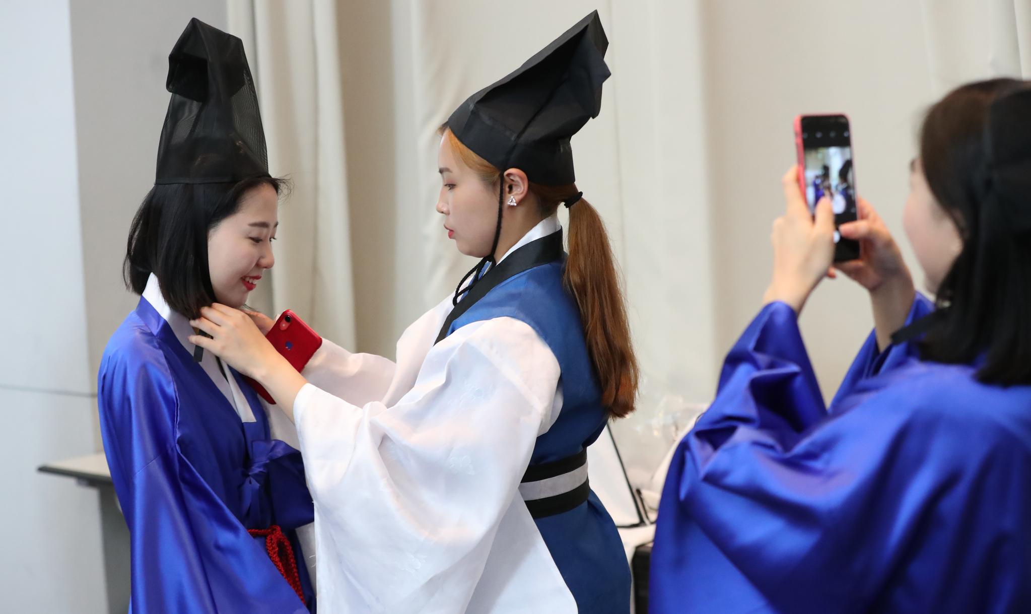 방방례에 앞서 학생들이 도포의 옷매무새를 다듬고 있다. 우상조 기자