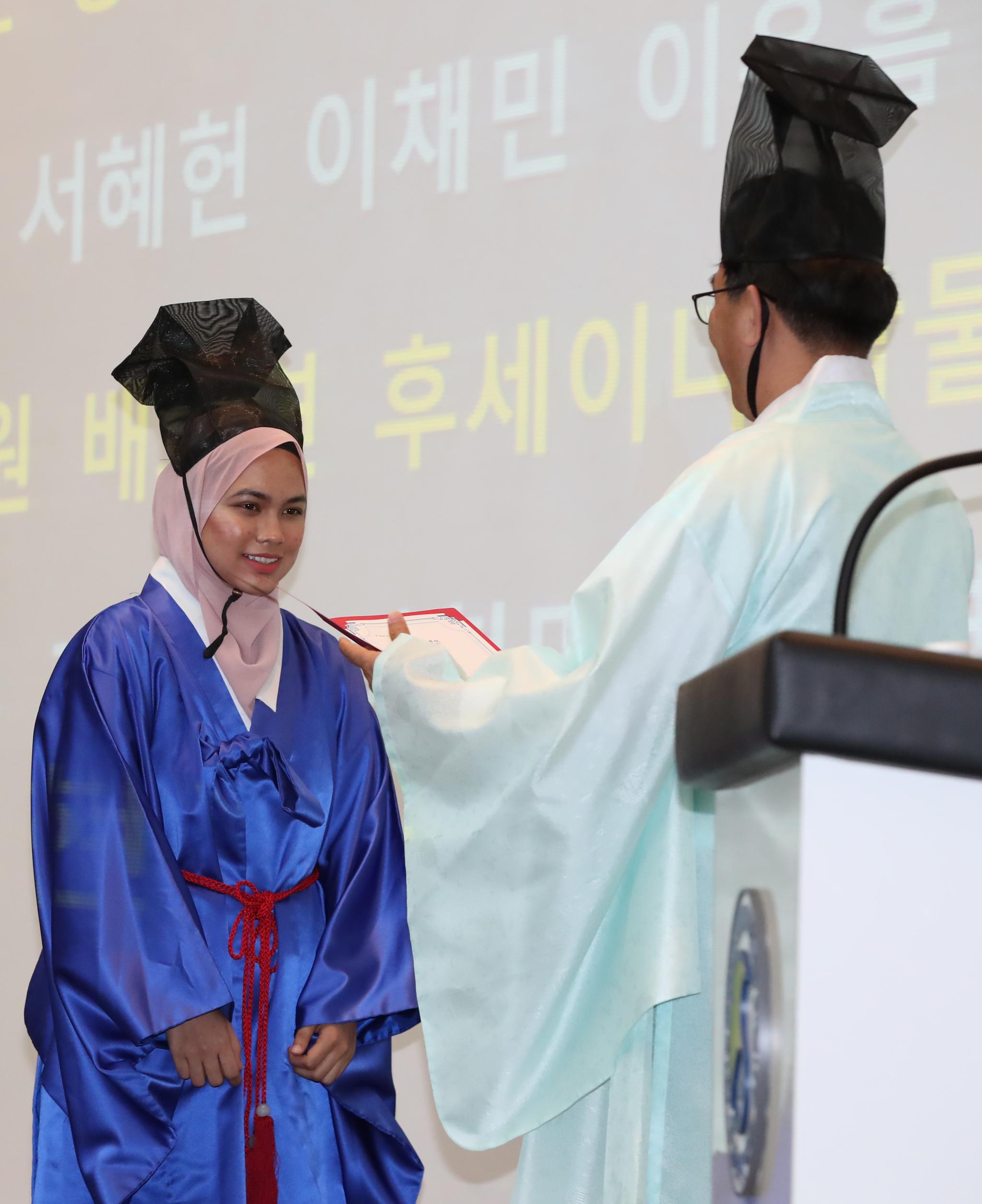 히잡을 쓴 외국인 유학생이 병과 급제 상장을 받고 있다.우상조 기자