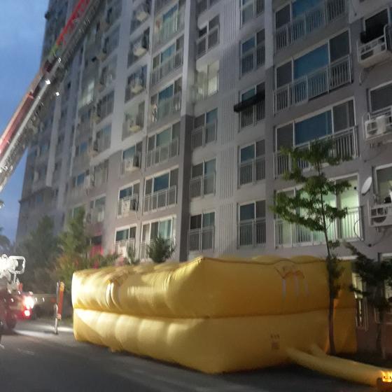 지난 17일 전북 남원시 한 아파트 13층에서 이 집에 사는 A씨(47)가 투신했지만, 주민 신고를 받고 출동한 소방 당국이 설치한 에어매트 위에 떨어져 목숨을 건졌다. [사진 전북소방본부]