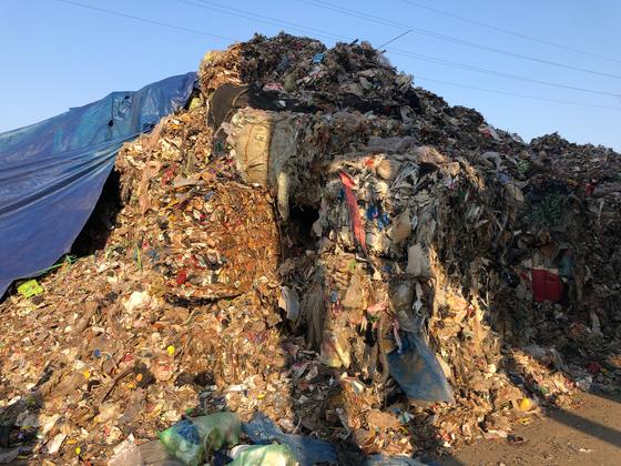 경기도의 한 재활용업체에 쌓여 있는 잔재폐기물. 천권필 기자.
