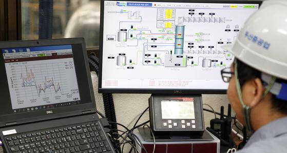 기계연과 두산중공업은 국내 석탄화력발전소에 적용할 수 있는 실물 크기의 파일럿 EME 모듈을 창원공장에 설치해 성공적으로 실험을 완료했다. [사진 한국기계연구원]
