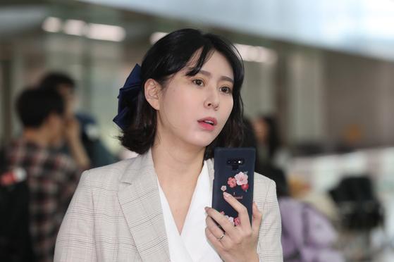 고 장자연 사건 주요 증언자인 배우 윤지오씨가 지난달 24일 오후 캐나다로 출국하기 위해 인천공항으로 들어서고 있다. [연합뉴스]