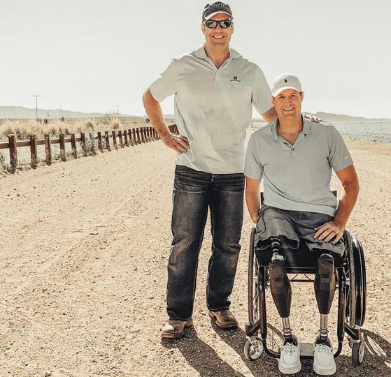 미국-멕시코 국경지대에서 동료와 웃고있는 브라이언 콜페이지(오른쪽). 그는 2004년 이라크전에 참전해 두 다리와 오른쪽 팔을 잃었다. [브라이언 콜페이지 인스타그램]