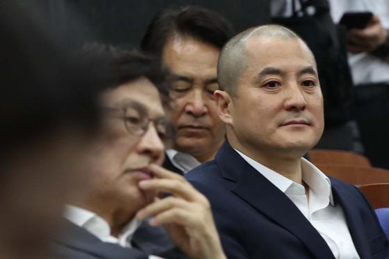 박대출 자유한국당 의원이 4월 30일 국회에서 열린 의원총회에 참석하고 있다. [오종택 기자]