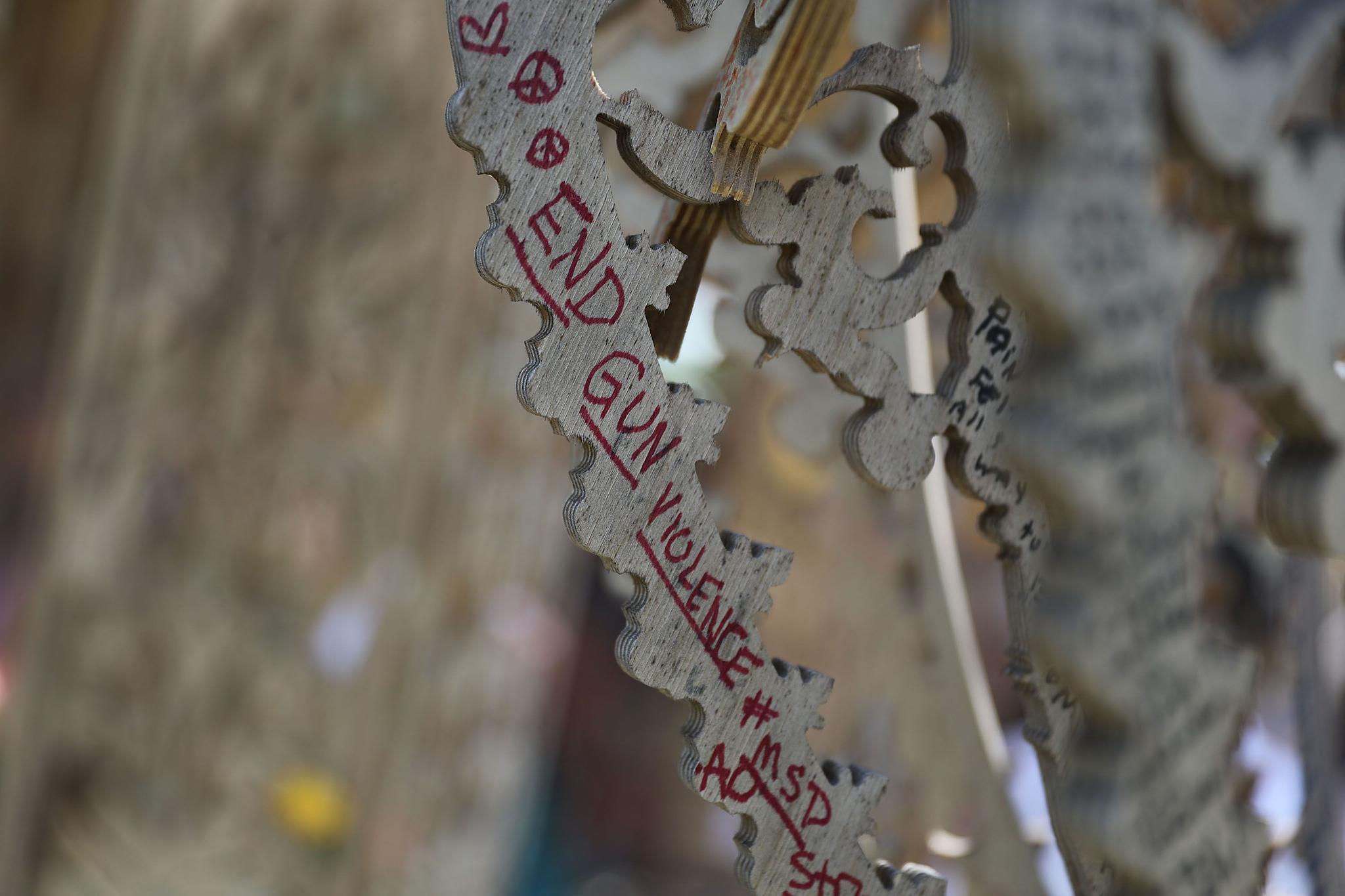 19(현지시간) 사원의 한 부분에 총기 사건에 대한 메시지가 담긴 문구가 적혀 있다. [AFP=연합뉴스]