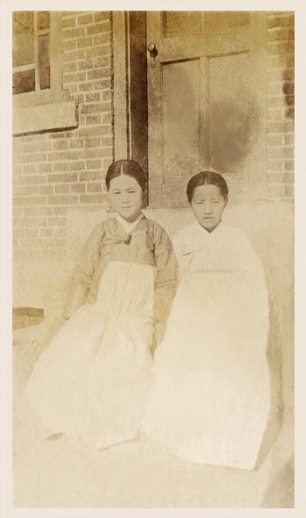 이화여자대학교는 창립 133주년을 기념해 21일 오전 서울 이화여대 내 이화역사관에서 유관순 열사의 이화학당 시절 미공개 사진을 최초로 공개했다. 사진은 유관순 열사(왼쪽)가 이화학당 보통과 입학 직후(1915-1916년)에 찍은 것으로 추정된다. [이화여자대학교 제공]