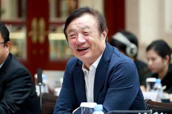런정페이 화웨이 창업자가 21일 선전 화웨이 본사에서 중국 매체들의 연합 인터뷰를 하며 웃고 있다. [사진=CC-TV]