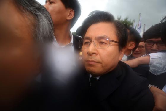 자유한국당 황교안 대표가 18일 오전 제39주년 5·18 민주화운동 기념식이 열린 광주 국립5·18민주묘지에서 시민들의 항의를 받으며 행사장으로 입장하고 있다. [연합뉴스]