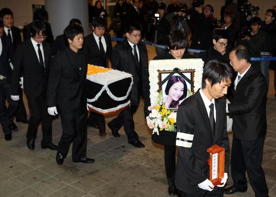 2009년 3월 배우 고 장자연씨의 발인식이 경기도 성남시 서울대학병원 장례식장에서 치뤄졌다.[중앙포토]