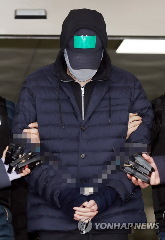 변종 마약을 상습 투약한 혐의로 경찰에 구속된 SK家 3세 최모(31)씨가 지난달 9일 오전 인천시 남동구 남동경찰서를 나서 인천지방검찰청으로 향하고 있다. [연합뉴스]