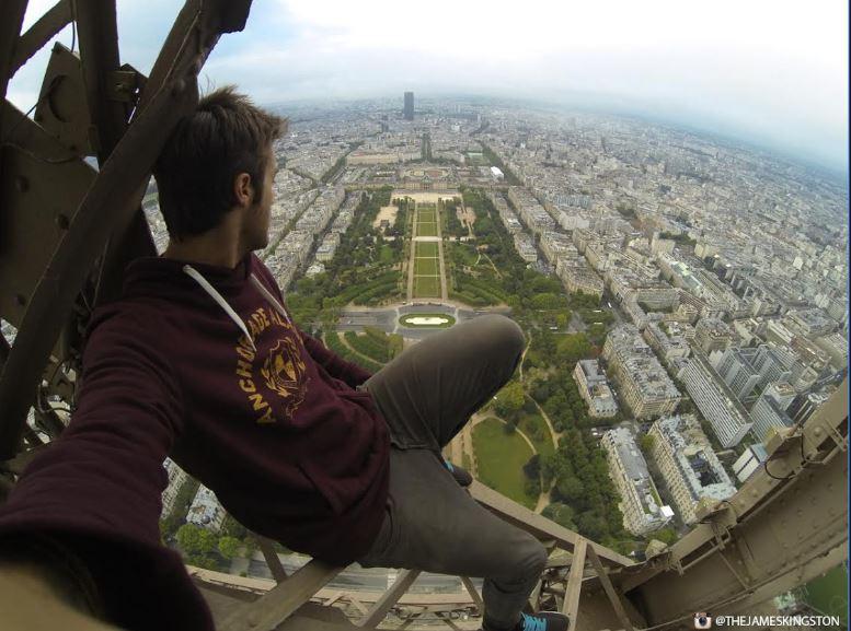제임스 킹스턴이 에펠탑에 올라있는 모습 [제임스 킹스턴 SNS]