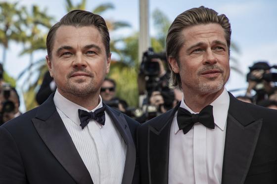 21일(현지시간) 칸영화제에서 '원스 어폰 어 타임 인 할리우드(Once Upon a Time in Hollywood)'의 공식상영에 앞서 레드카펫에 등장한 리어나도 디캐프리오와 브래드 피트. [AP=연합뉴스]