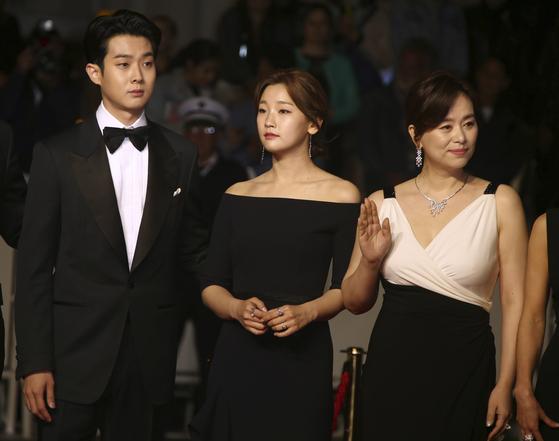 최우식과 박소담,장혜진(왼쪽부터) 등 출연배우들이 레드카펫에 서 있다.[AP=연합뉴스]
