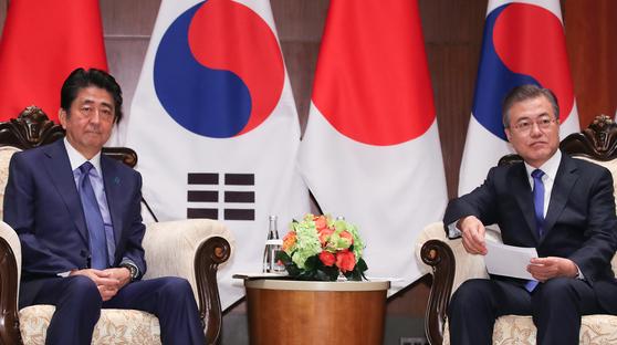 지난해 9월 25일 제73차 유엔총회에 참석한 자리에서 문재인 대통령과 아베 신조 총리가 파커 뉴욕 호텔에서 만나 정상회담을 진행했다. [뉴시스]