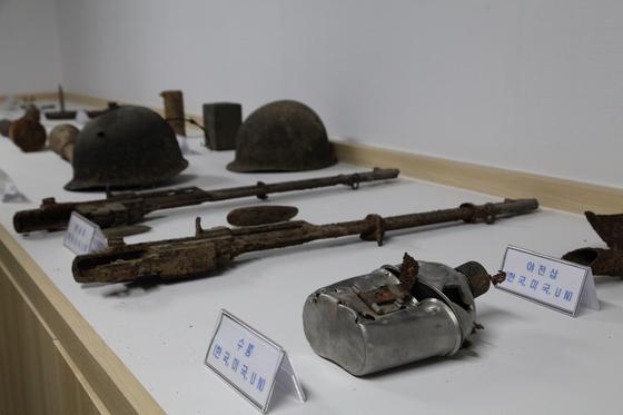 남북 공동 유해 발굴 작업 중 찾은 물품들. 전쟁의 상흔이 고스란히 느껴진다. 화살머리고지 GP 1층에 전시돼 있다. 최승표 기자
