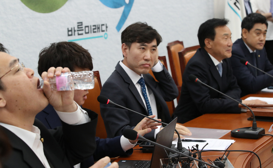 22일 국회에서 열린 바른미래당 임시 최고위원회 도중 임재훈 사무총장이 물을 마시고 있다. 오종택 기자