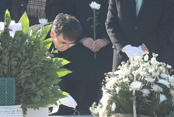 유시민 노무현재단 이사장이 2019년 1월 1일 오후 경남 김해시 봉하마을 노무현 전 대통령 묘역을 참배하고 있다. [연합뉴스]