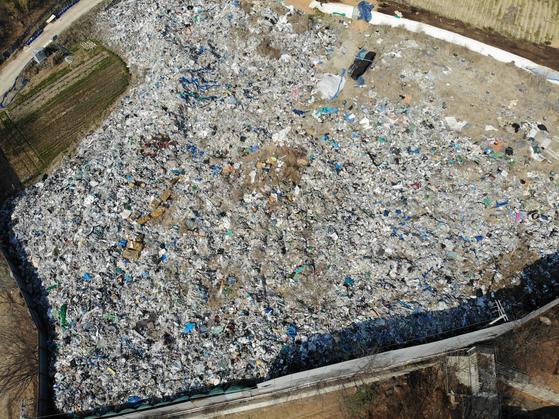 경기도 파주시에 불법 투기된 쓰레기가 철제 펜스에 둘러싸인 채로 4년째 방치돼 있다. 전국적으로 확인된 불법 쓰레기만 120만t이다. [천권필 기자]
