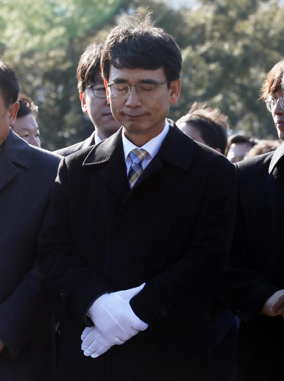 유시민 노무현재단 이사장이 지난 1월 1일 오후 김해 봉하마을 고 노무현 전 대통령 묘역을 찾아 참배를 하고 있다. [뉴스1]
