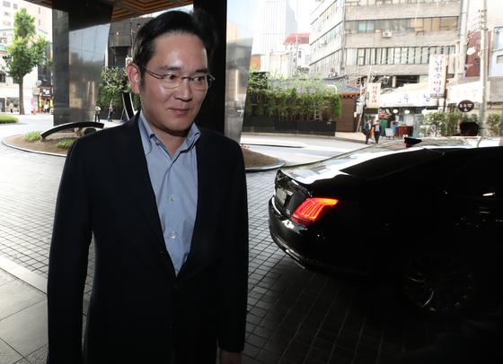 이재용 삼성전자 부회장이 방한 중인 조지 W. 부시 전 미국 대통령과 만나기 위해 22일 오후 서울의 한 호텔로 들어서고 있다. [연합뉴스]
