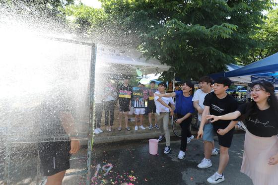 22일 대구의 낮 최고기온이 30도를 넘으며 초여름 날씨를 보였다. 이날 오후 경북 경산시 영남대학교에서 개막한 천마대동제에서 학생들이 물풍선 터뜨리기 게임을 하며 더위를 식히고 있다. [뉴스1]
