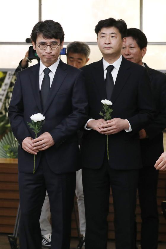 지난 4월 21일 고 김홍일 전 의원의 빈소에서 조문하는 유시민 노무현재단 이사장과 고(故) 노무현 전 대통령의 아들 건호씨. 변선구 기자