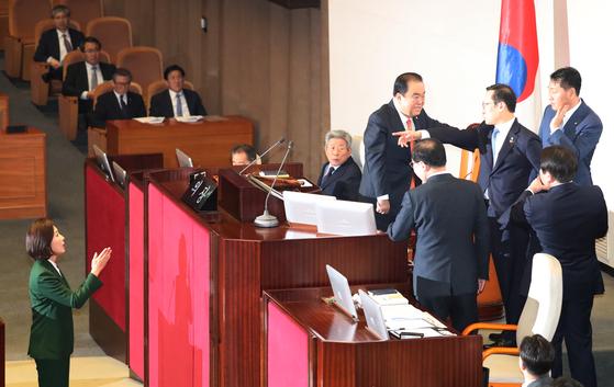 나경원 발언에 항의하는 홍영표 [연합뉴스]