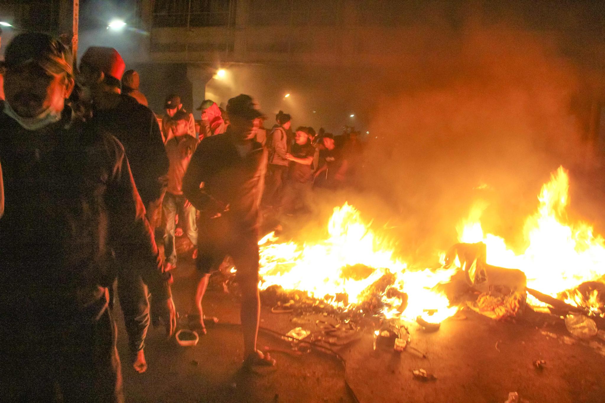 인도네시아 대선 불복 시위대가 22일(현지시간) 자카르타 선거감독위원회 인근에서 나무 좌판을 불태우고 있다. [AFP=연합뉴스]
