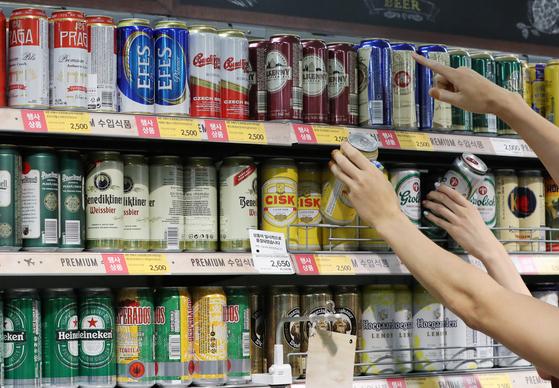 서울의 한 대형마트를 찾은 시민이 맥주를 고르고 있다./뉴스1