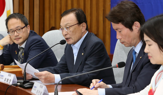이해찬 더불어민주당 대표가 22일 서울 여의도 국회에서 열린 확대간부회의에서 발언하고 있다. 이해찬 대표는 이날 회의에서 황교안 자유한국당 대표를 향해 '원외에서 연일 강경 발언을 쏟아 내시는데 내일부터는 그만 하시라'고 말했다. 2019.5.22/뉴스1