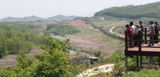 6월 1일 개방을 앞두고 새로 조성된 공작새능선 조망대. 남방한계선 안쪽에 굽이치는 역곡천이 보인다. 사진공동취재단