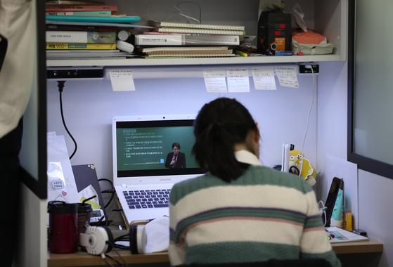 서울의 한 공무원 학원 내 독서실에서 공부하고 있는 수험생의 모습. <저작권자(c) 연합뉴스, 무단 전재-재배포 금지>