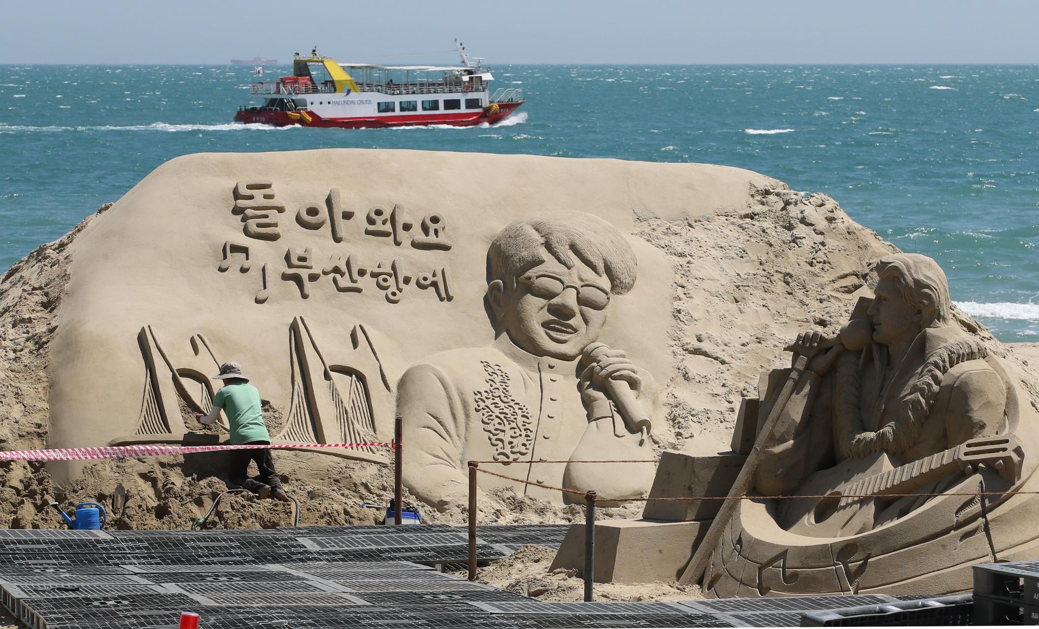 2019 해운대모래축제 준비가 한창 21일 국내외 작가들이 부산 해운대해수욕장에서 대형 모래조각을 완성하기 위해 구슬땀을 흘리고 있다. 송봉근 기자