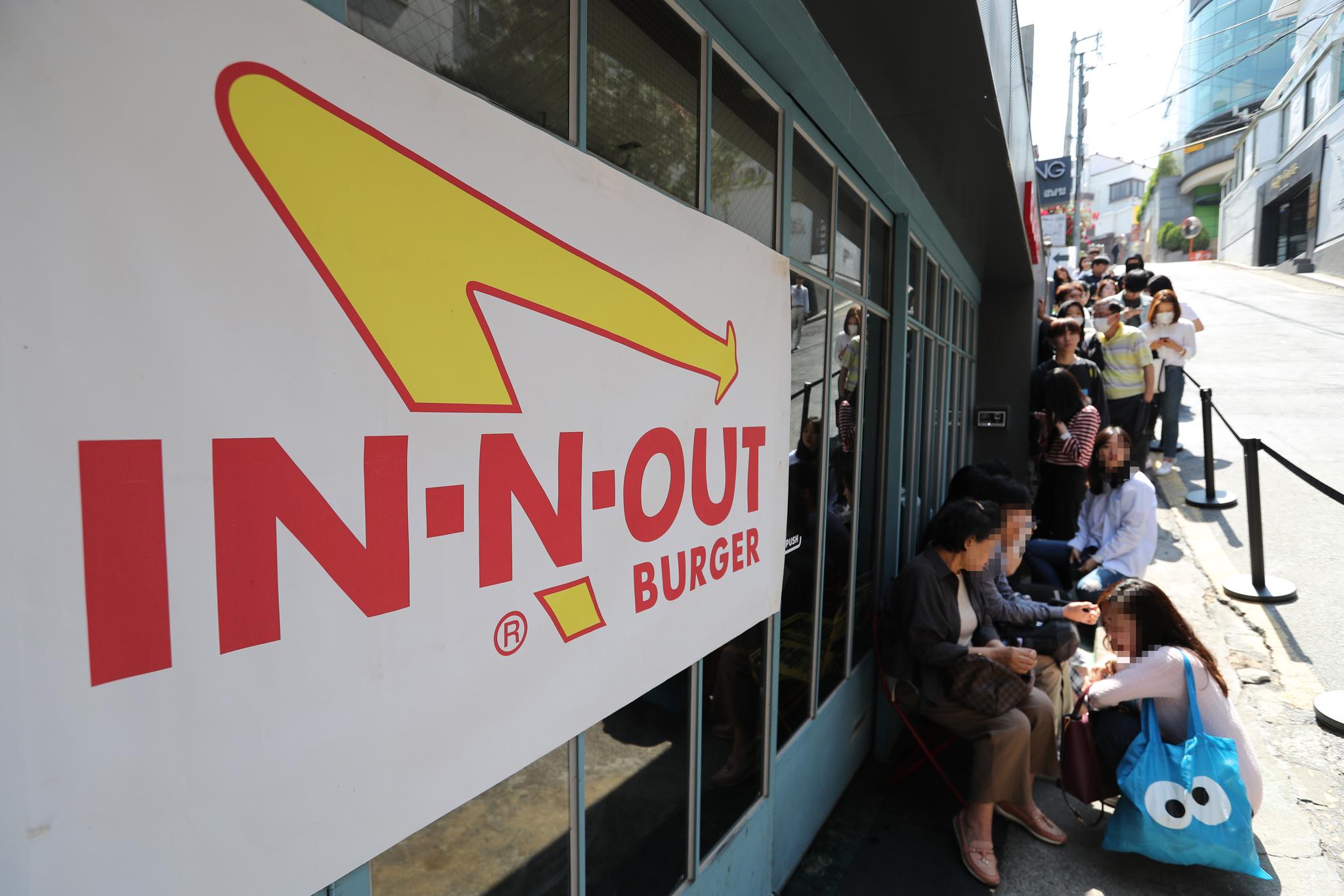 미국의 3대버거로 유명한 인앤아웃 버거가 22일 오전 11시부터 오후 2시까지 서울 강남구 바비레드 강남점에서 판매됐다. 이날 시민들이 햄버거를 사기 위해 줄을 서고 있다. 김경록 기자