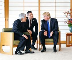 2017년 11월 일본을 방문한 트럼프 대통령이 아키히토 일왕과 환담을 나누고 있다. [연합뉴스]