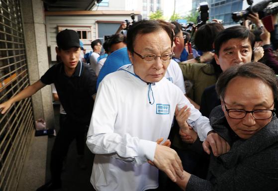 21일 서울 여의도 더불어민주당 중앙당사 앞에서 열린 목포에서 봉하까지 '민주주의의 길' 출정식에서 시각장애인들의 기습시위에 이해찬 대표가 몸을 피하고 있다. [뉴시스]