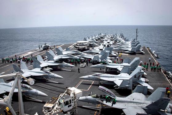 미국과 이란이 일촉즉발의 무력 충돌 위험으로 치닫고 있다. 19일(현지시간) 아라비아해에 배치된 미 해군 항공모함 에이브러햄 링컨함 갑판에서 함상 요원들이 임무를 수행하고 있다. 이에 앞서 미국은 B-52 전략폭격기 등 전략자산을 중동 지역에 배치했다고 밝혔다. [EPA=연합뉴스]