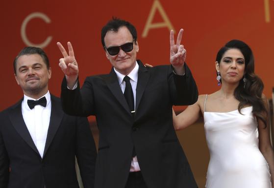리어나도 디캐프리오와 함께 레드카펫에 등장한 쿠엔틴 타란티노 감독이 양손으로 'V'자를 만들어 보였다. 오른쪽은 타란티노 감독의 부인 다니엘라 픽. [AP=연합뉴스]
