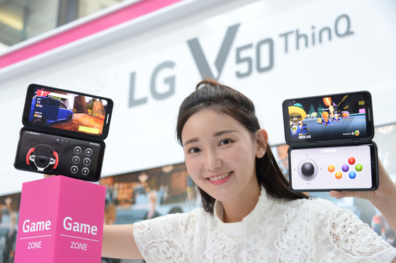 LG전자의 최신 스마트폰 'V50씽큐' 두 대로 각각 레이싱 게임 '아스팔트'(왼쪽)와 '프렌즈레이싱'(오른쪽)을 구동해봤다. 탈부착 형태의 6.2인치 듀얼스크린은 게임 컨트롤러로 활용할 수 있어 몰입감을 높일 수 있다. [사진 LG전자]