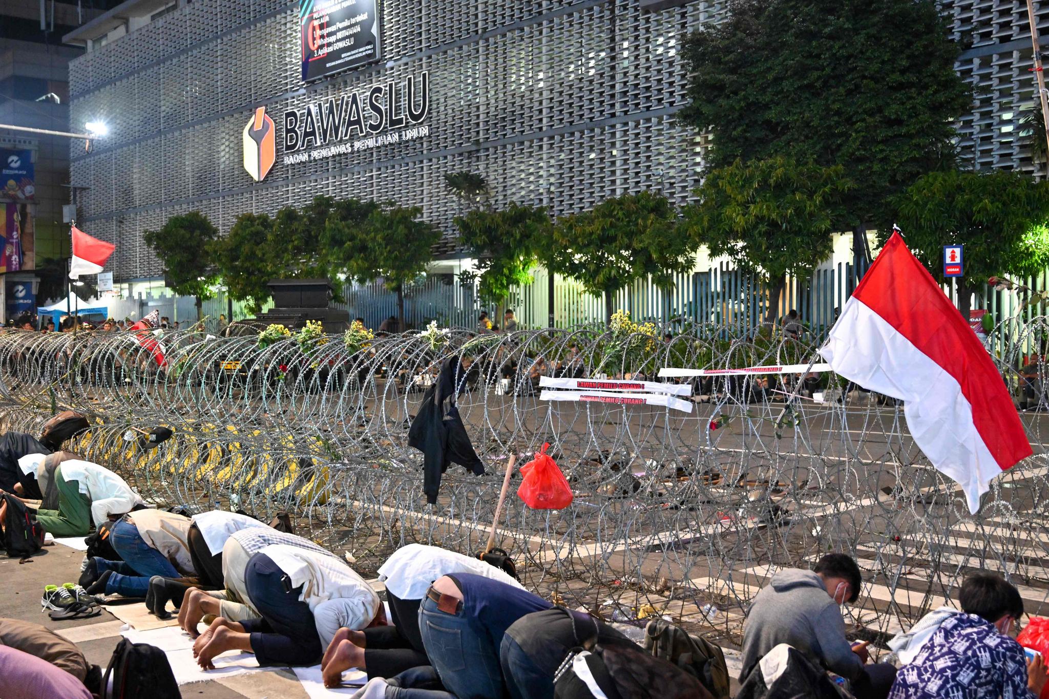 대선 결과 불복 시위에 참가한 무슬림이 21일(현지시간) 인도네시아 자카르타 선거감독위원회 앞에서 기도를 하고 있다.[AFP=연합뉴스]